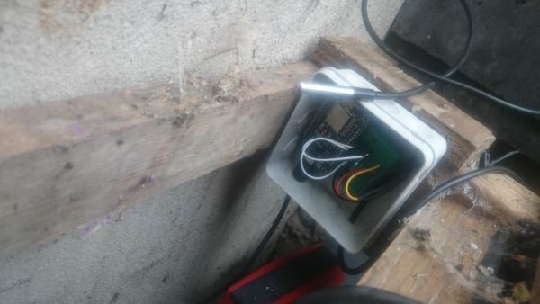 DS18B20 sensor in doos bij de vijver | Huisvanvandaag.nl